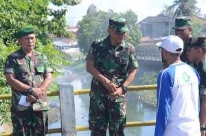 Panglima Komando Daerah Militer Iskandar Muda (Pangdam IM) Mayjen TNI Agus Kriswanto (tengah) meninjau pelaksanaan karya bakti. (LGco_ist)