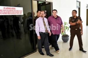 Mantan sekda Aceh Tenggara, Martin Desky dikawal aparat kejaksaan usai diperiksa di Kantor Kejaksaan Tinggi Aceh, Banda Aceh, Selasa (16/9/2014). Usai pemeriksaan, Martin Desky dan Muhammad Yusuf, mantan pemegang kas Aceh Tenggara tersebut langsung ditahan di Rutan Kajhu Banda Aceh karena diduga terlibat korupsi yang merugikan negara senilai Rp 21,4 miliar. (SERAMBI/M ANSHAR)