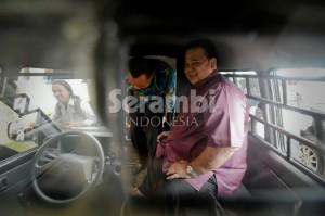 Mantan sekda Aceh Tenggara, Martin Desky bersama mantan pemegang kas Aceh Tenggara, Muhammad Yusuf dinaikkan ke mobiltahanan usai diperiksa di Kantor Kejaksaan Tinggi Aceh, Selasa (16/9/2014). Keduanya langsung ditahan di Rutan Kajhu Banda Aceh karena diduga terlibat korupsi yang merugikan negara senilai Rp 21,4 miliar. SERAMBI/M ANSHAR