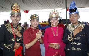 Berfoto dengan kontingen Sumatra Selatan dan Bali saat acara puncak Sail Raja Ampat