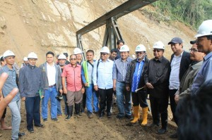 Gubernur berfoto bersama di lokasi longsor Tansaran