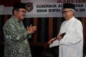Bupati Gayo Lues memberikan cendera mata berupa pedang kepada Gubernur Aceh di Pendopo Bupati
