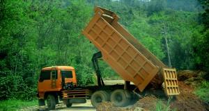 Pemkab Diminta Tertibkan Truk Pembawa Tanah Saat Melintas di Jalan Raya
