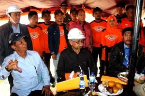 Pengusaha Lukman CM dari Pelita Nusa sedang menjelaskan proyek jalan di tngsaran Gayo Lues