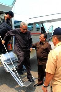 Gubernur Aceh Zaini Abdullah tiba di Bandara Alas Leuser dan disambut Bupati Aceh tenggara Hasanuddin