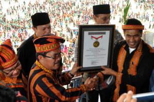 Bupati Gayo Lues Ibnu Hasim (kiri) dan Wagub Aceh, Muzakir Manaf dengan sertifikat MURI Saman Massal 5005. (LGco_Kha A Zaghlul)