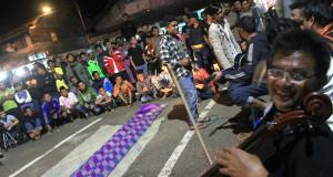 "[FOTO] Fikar W Eda dan musik puisi mendadak ""ngamen"" di Simpang Tugu Blangkejeren"