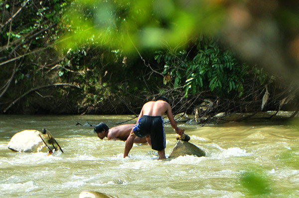 Pencarian batu giok dan batu mulia di tengah sungai yang keruh. (LGco_Khalis)