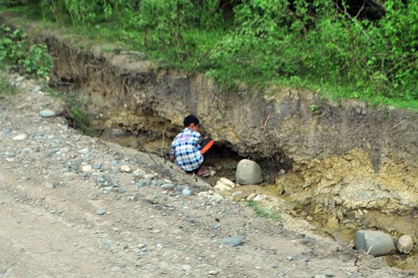 Pencarian giok dan batu mulia juga dilakukan di tepi jalan menuju Gerpa. (LGco_Khalis)