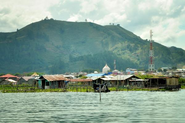 Gubuk dan rumah tinggal dibagian sisi barat danau Lut Tawar