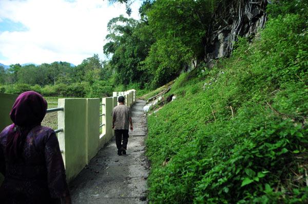 Wisatawan memasuki lokasi Loyang Ujung Karang