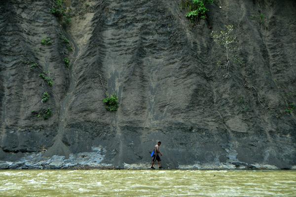 Berjalan menyusuri tepi sungai Gerpa. (LGco_Khalis)