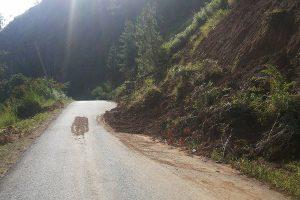 Sisa tumpukan longsor yang belum dibersihkan dikawasan jalan Takengon-Bintang, perbatasan Kampung One-one dan Pedemun Lut Tawar. (LGco : Ihwan)