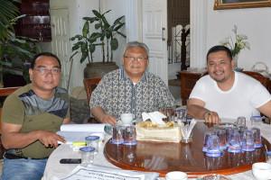 Ketua KP3ALA Pusat H.Armen Desky (tengah) didampingi Ketua KP3ALA Agara Nawi Sekedang SE (kiri) dan Ketua Pemuda Pancasila Kabupaten Aceh Tenggara Marzuki Desky (kanan). (LGco_Zulfan)
