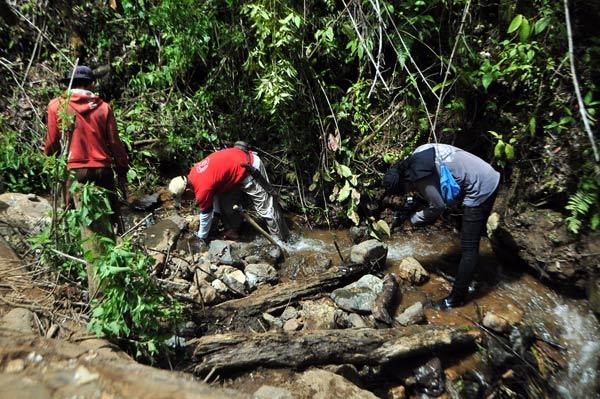 Pencarian giok Gayo di salahsatu anak sungai Wih Keruh. (LGco_Khalis)
