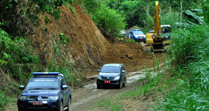 Warga Lokop Serbejadi Harap Jalan Lokop-Samar Kilang Dibuka