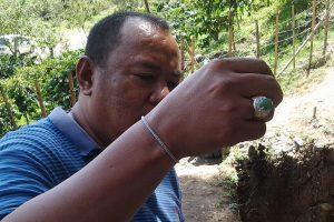 Arkeolog Ketut Wiradnyana dengan cincin giok Nefrite Gayo. (LGco_Khalis)