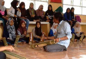 Onot Kemara saat melatih siswa di Takengon bermain Teganing. (Ist)
