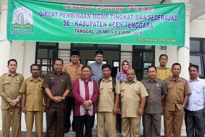 Kepala Dinas Pendidikan Aceh Drs. Hasanuddin Darjo, MM bersama para pejabat Dinas  Pendidikan Aceh Tenggara dan guru, Kamis 28 Mei 2015. (Foto : Tarmizi AG)