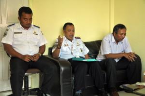 Kepala UPBU-Rembele, Syaifullah Siregar (tengah), PPK Bandara Blangkejeren, Sunartofo (kiri) dan PPK UPBU-Rembele, Yan Budianto (kanan)