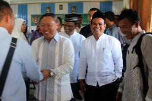 Kepala Dinas Pendidikan Aceh Drs. Hasanuddin Darjo, MM disambut para guru di Gayo Lues, Jumat 29 Mei 2015. (Foto : Tarmizi A. Gani)