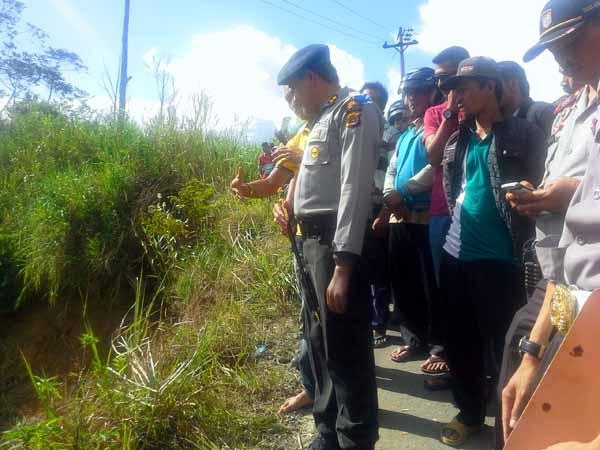 Kapolres Aceh Tengah AKBP Dodi Rahmawan Tengah Berbicara Dengan Supir Mobil Yang Terjun Bebas ke Jurang. (LGco : Wein Mutuah)
