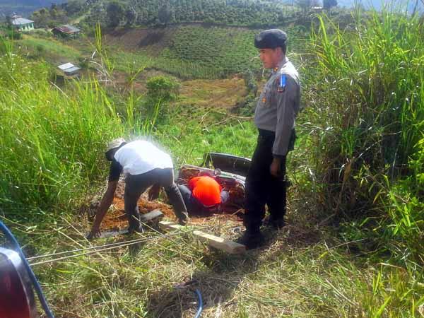Kapolres Aceh Tengah Pimpin Evakuasi. (LGco : Wein Mutuah)