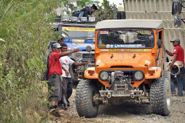 Kapolres Aceh Tengah memberi komando pembukaan jalan. (LGco_Khalis)