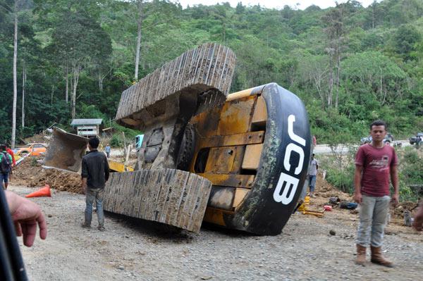 Satu alat berat terjatuh dari truk pengangkutnya. (LGco_Khalis)