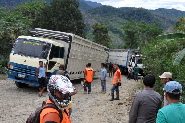 Dua truk pengangkut beton parit jalan yang diduga kelebihan beban menghalangi jalan karena gagal melintasi tanjakan. (LGco_Khalsi)