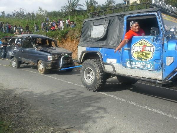 Setelah Evakuasi Mobil Kemudian di Tarik Menuju Pos Polisi di Wih Ilang, Kecamatan Pegasing, Aceh Tengah. (LGco : Wein Mutuah)
