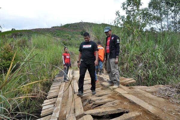 Kapolres Aceh Tengah dan Kasat Lantas memperhatikan jembatan rusak di Kala Wih Ilang. (LGco_Khalis)