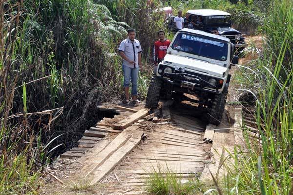 Melintasi jembatan yang nyaris ambruk. (LGco_Khalis)
