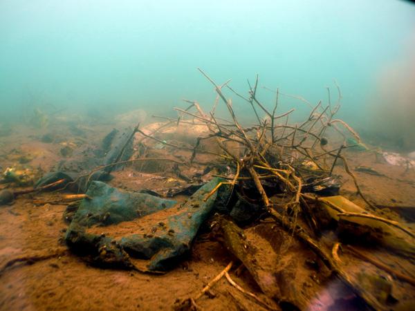 Sampah di dasar danau Lut Tawar. (LGco_Mude Angkasa)