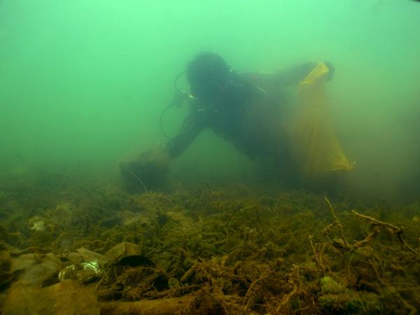 Pemungutan sampah dari dasar Danau Lut Tawar oleh penyelam GDC. (LGco_Mude Angkasa)
