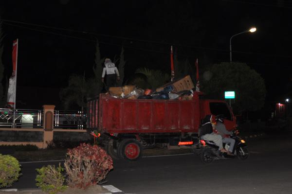 Petugas kebersihan membersihkan sampah kota Takengon