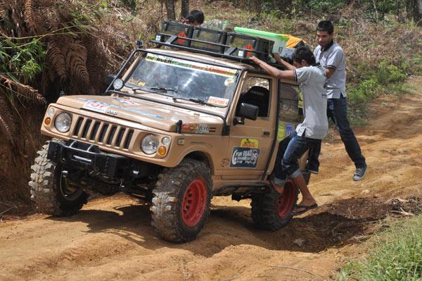 Mobil offroad milik offroader handal, Bambang Wijaya Kusama juga perlu bantuan manual melintasi medan tanjakan licin. (LGco_Khalis)