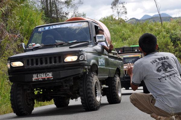 Mobil offroad dengan muatan barang bantuan ke Menasah. (LGco_Khalis)