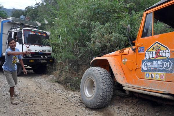 Hardtop dikemudikan Ari Paloh dan diabntu Hardtop Yusri Fauzi mulai menarik truk. (LGco_Khalis)