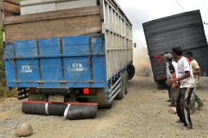 Dua truk bermuatan beton menghalangi jalan. (LGco_Khalis)