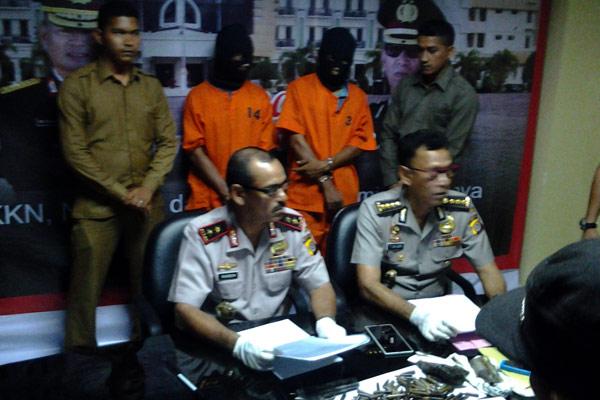 Kapolda Aceh, Irjen Pol M Husen Hamidi (kiri) didampingi Kabid Humas Polda Aceh, Kombes Pol T Saladin (kanan) dalam gelar perkara narkoba dan senjata api ilegal. (LGco_Khalis)