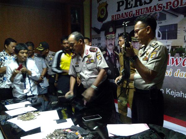 Kapolda Aceh, Irjen Pol M Husen Hamidi (kiri) didampingi Kabid Humas Polda Aceh, Kombes Pol T Saladin (kanan). (LGco_Khalis)