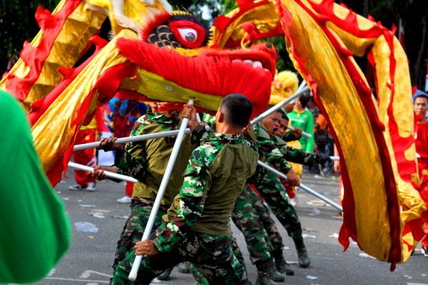Barongsai yang dimainkan oleh prajurit TNI