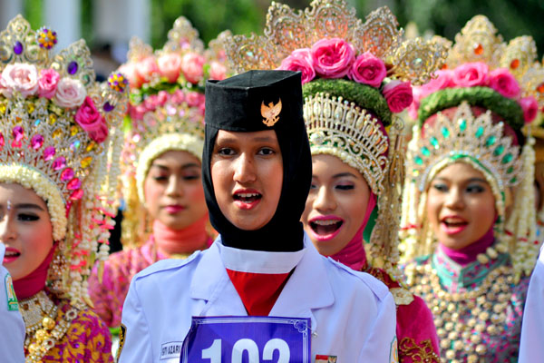 Perempuan-perempuan cantik yang menggunakan busana traduisional mewah dari SMA N 8 Banda Aceh