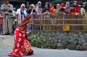 Tari Munalo sambut pengantin pria di Kenawat Redelong Bener Meriah. (LGco_Khalis)