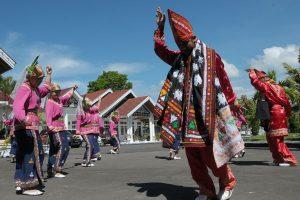Tari Munalo menyambut tamu di halaman Pendopo Bupati Aceh Tengah. (LGco_Khalis)