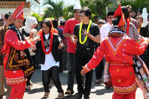 Personil Tim Lo dan Kangen Band di sambut dengan tari Munalo di Takengon. (LGco_Khalis)