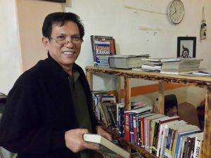 Usman Nuzuly di Library Cafe Bayakmi Takengon