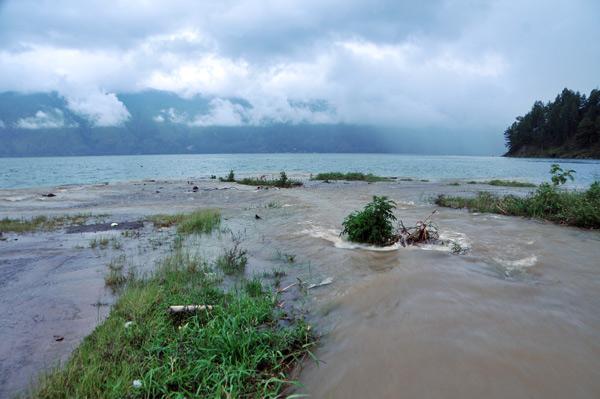 Arus sungai Rawe yang bermuara di Lut Tawar. (LGco_Munawardi)