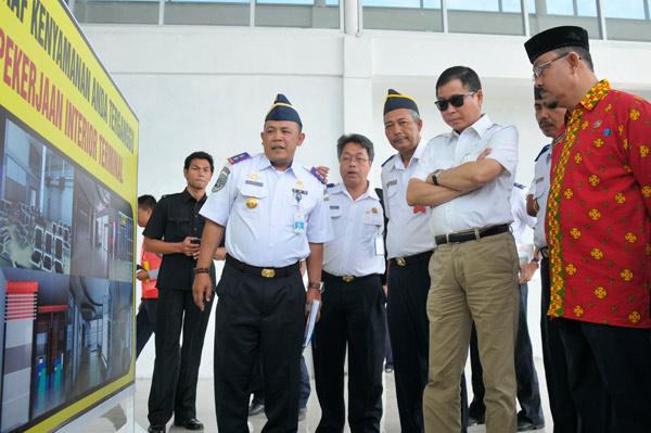 Menhub RI menerima penjelasan terkait Bandara Rembele. (LGco_Eed)